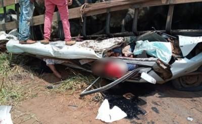 Trasganado vuelca sobre furgón y deja cuatro muertos