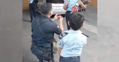 Con globos y rosas, poli pidió casorio a su novia