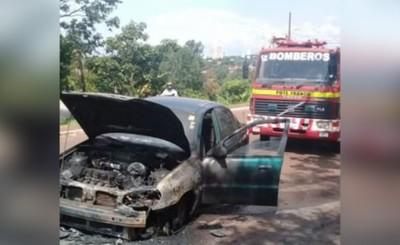 Vehículo se incendió mientras transitaba en la supercarretera