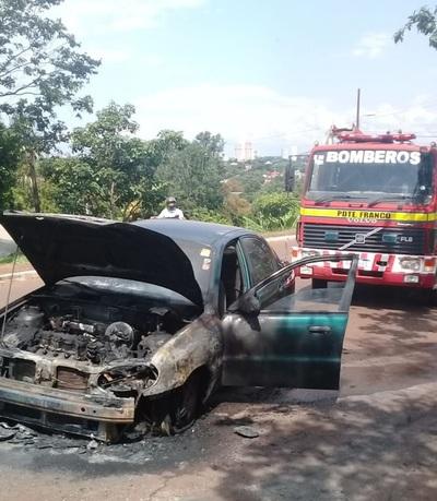 Automóvil se incendia debido a un problema eléctrico en Pdte. Franco