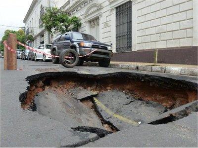 Municipalidad de Asunción interviene calles dañadas tras el temporal