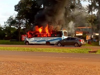 Bus arde en llamas, en pleno trayecto