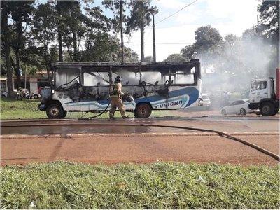 Bus arde en plena vía pública en Ciudad del Este