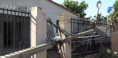 Columna de la ANDE cae sobre portón de una casa