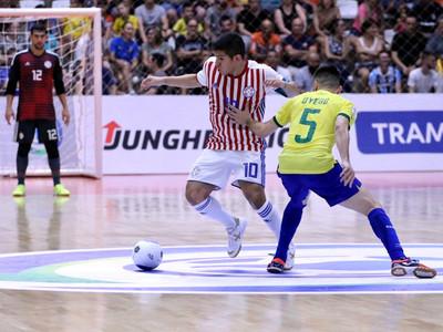 Paraguay cae ante Brasil en su debut