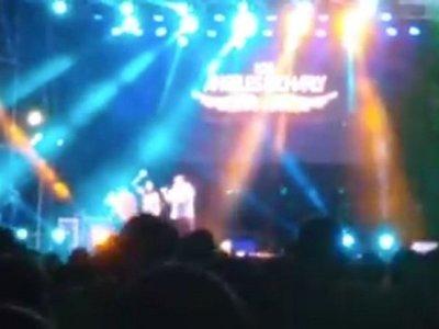 Subió al escenario para encontrar a su novio perdido entre el público