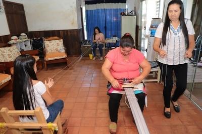 Mujeres aprenden técnica para mantener vivo al poncho de 60 listas