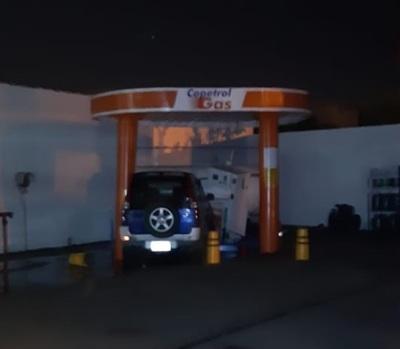 Auto embistió tanque de gas de estación de servicio