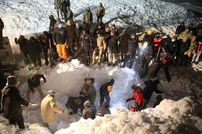 Mueren en una avalancha 21 rescatistas que buscaban a víctimas de otro alud