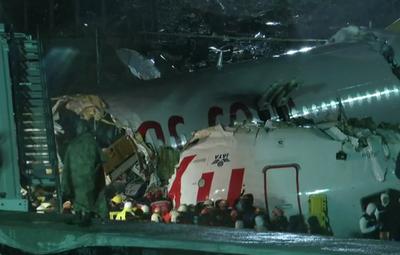 Avión sale de la pista y se parte en tres, en Estambul
