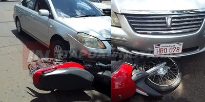 ACCIDENTE EN ENCARNACIÓN DEJA MOTOCICLISTA LESIONADA