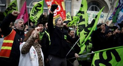 Fuertes protestas contra la reforma de las pensiones inundan las calles de París