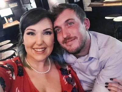 Una pareja simuló una propuesta de matrimonio falsa para obtener bebidas gratis en un bar
