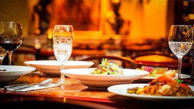 ¿Pagarías por los cubiertos en un restaurante?