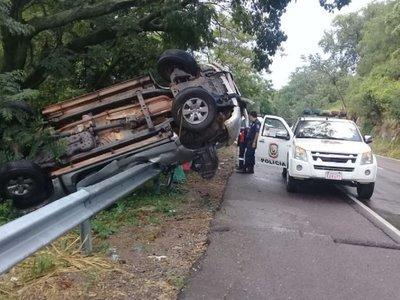 Vehículo vuelca a causa de un fuerte temporal en Pedrozo