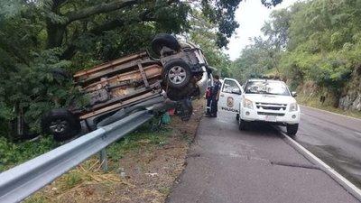 Vuelca camioneta tras intensa tormenta en Pedrozo