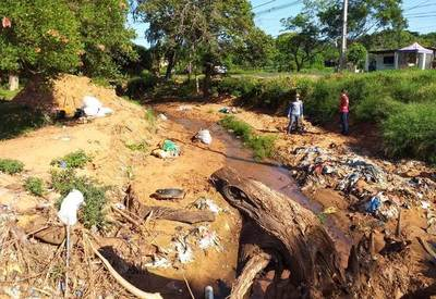 Vecinos se unen y combaten al dengue limpiando el arroyo Itá Cajón •