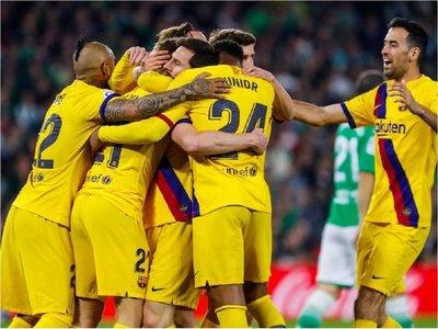 El Barcelona, sin brillantez, gana y se aferra a la Liga