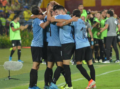 Uruguay triunfa y espera una ayuda de Argentina