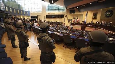 Presidente de El Salvador militariza el Congreso: denuncian autogolpe y piden intervención de la OEA