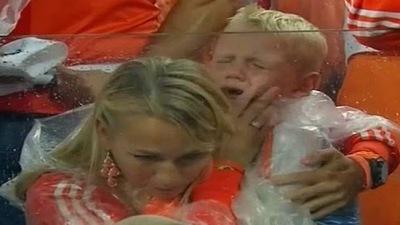 El Hijo de Robben llora desconsolado tras la derrota (VIDEO)