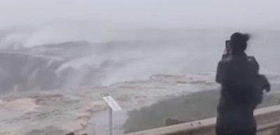 Tan fuertes son los vientos en Australia, que rotan sentido de cascadas