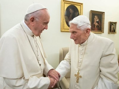 """7 años después de su renuncia, Benedicto XVI alimenta la rivalidad entre """"dos papas"""""""