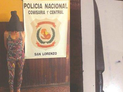 Mujer asaltaba con un largo y filoso machete