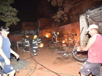 Incendio consume carpintería en Mariano Roque Alonso