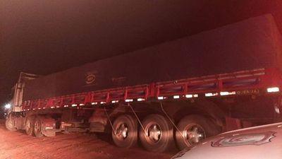 Roban camión y luego lo abandonan con la carga intacta