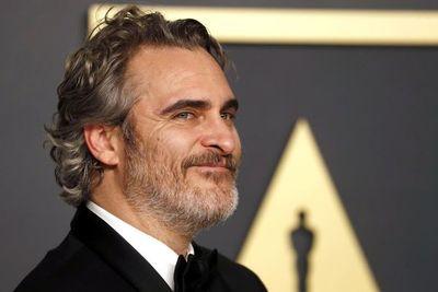 Di Caprio, cabizbajo y Phoenix, eufórico: lo que el ojo no vio tras los Óscar