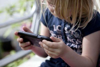 Argentina, el país donde niños reciben celular a más corta edad