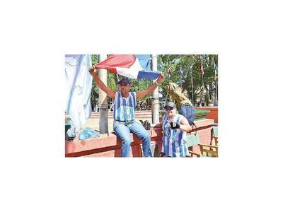 Se encadenan para  recuperar el vertedero de Villarrica