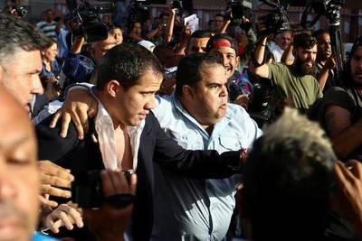Guaidó pide retomar las protestas en un regreso a Venezuela entre golpes