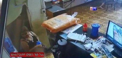 Mujer es captada hurtando un celular en un local de apuestas