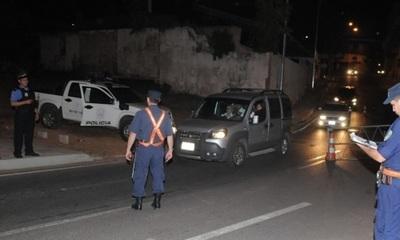 Acusan a policías de coimear y acosar en plena barrera