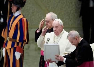 Papa Francisco cierra la posibilidad de ordenar sacerdotes a hombres casados