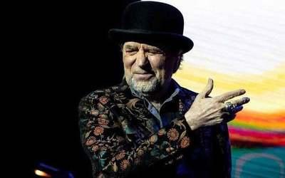 Joaquín Sabina cae del escenario en pleno concierto y es trasladado en camilla al hospital