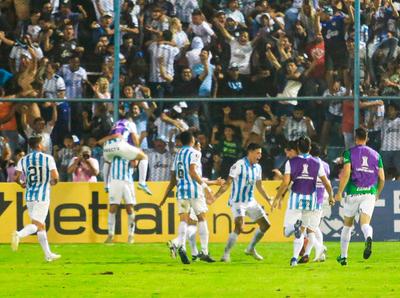 Atlético Tucumán avanza en los penales