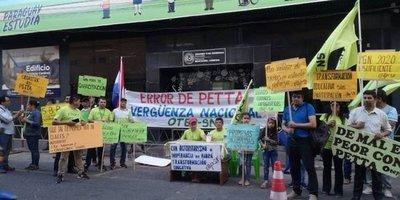 Dos frentes de huelga en MEC: uno si no sube sueldos, otro si no reimprime textos escolares con errores