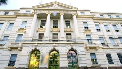 """Docente denuncia al BNF por """"tragarse"""" su dinero"""
