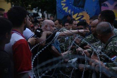 Manifestantes son reprimidos cerca del Palacio de Gobierno