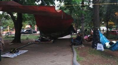 Paraguayo Cubas pasó la noche en la plaza