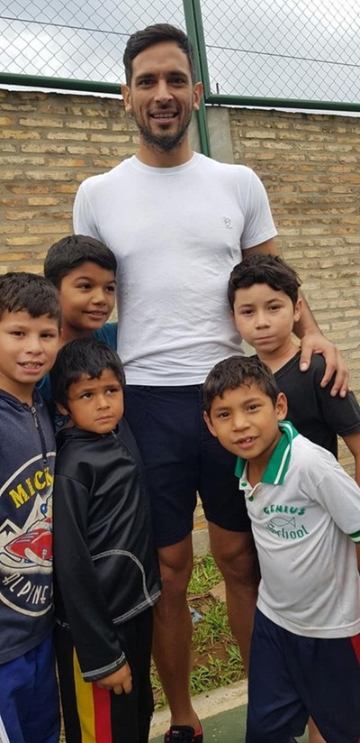 Roque compartió karu guasu y mimó a chicos de un hogar