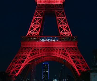 La Torre Eiffel proyecta frases de amor por San Valentín