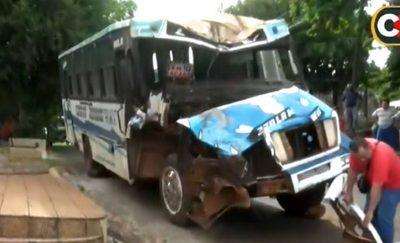 Bus pierde los frenos y termina contra columna