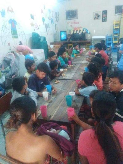 Dan de comer a 100 niños por día y piden ayuda