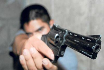 Delincuentes asaltaron a clientes y empleados de una bodega