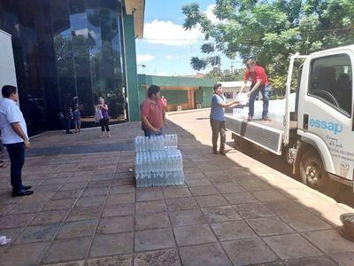 Essap continúa con la entrega de botellitas de agua en hospitales
