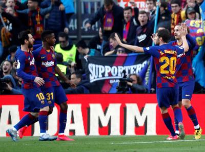 Barcelona triunfa ajustadamente y alcanza la cima